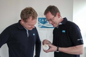 Zahntechniker in Hamburg beraten über Fertigung von Zahnersatz