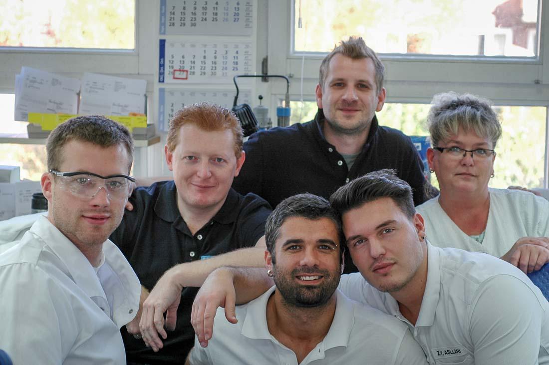 Gruppenbild von Zahntechnikern in Hamburger Zahnlabor