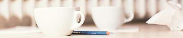 Tassen auf Tisch bei Beratung im Zahnlabor