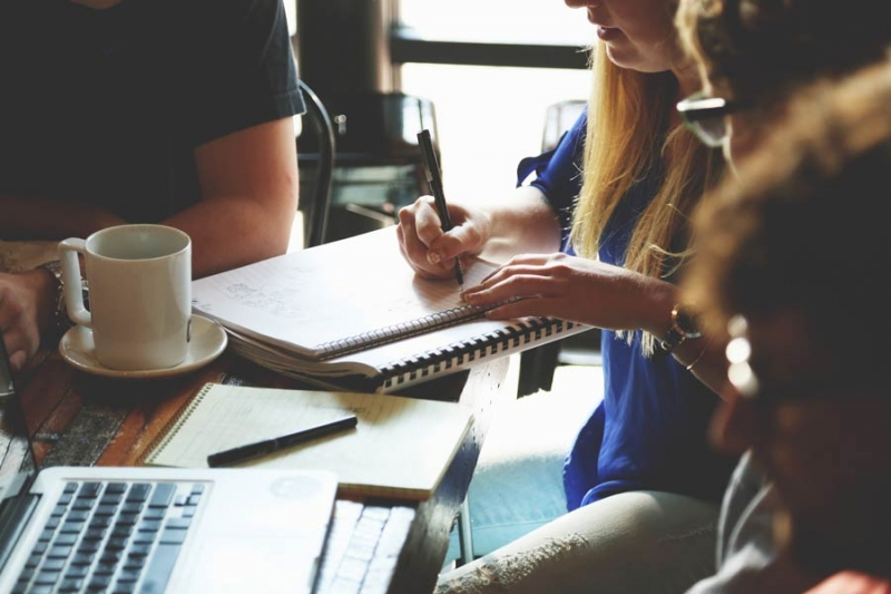 Mitarbeiter besprechen Veröffentlichung der neuen Website