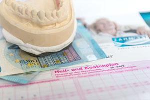 Gipsabdruck von Gebiss und Euro Geld Scheine liegen auf Heil und Kostenplan